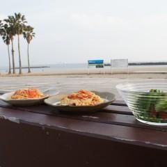 海でランチを食べよう!ペスカトーレとサラダ